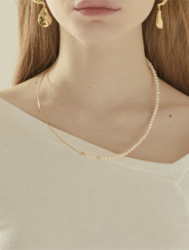 Line Pearl Necklace